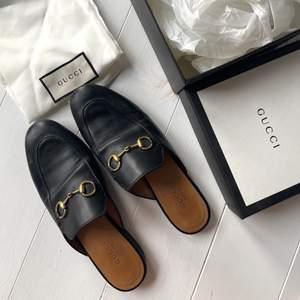 Säljer mina gucci Princetown sandals, strl 36 ✨ Köpta på NK i Göteborg så box och allt ingår, sjukt snygga nu även till hösten med ett par strumpbyxor under 🤎 Hade även kunnat tänka mig ett byte mot gucci princetown med päls
