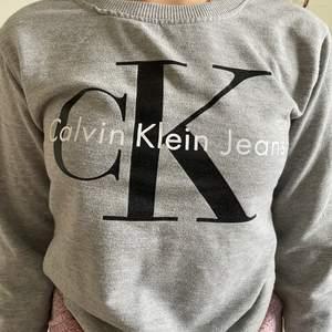 Grå Calvin Klein tjocktröja i storlek XS passar även S