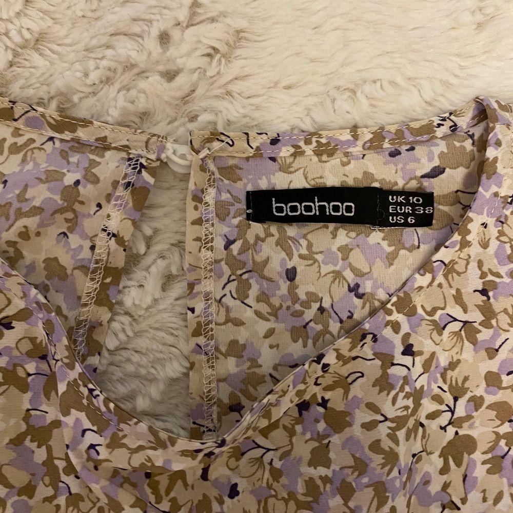 Blommig klänning med volanger från boohoo. Superduper skön men har aldrig fått användning för den så den har bara legat i garderoben. Nypris 150kr så säljer den för 100kr.. Klänningar.