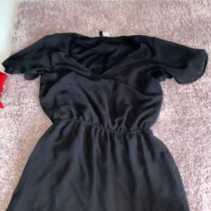 Svart kort klänning som jag bara användt speciella tillfällen som middagar osv. Köpte den för några år sen men den är för liten. Det är storlek 34 och köpt från HM. Den har super fina (sleeves). Frakten ingår i priset