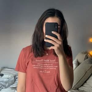 Fin t-shirt från pull&bear. Storlek L men skulle säga att den är som en S eller till och med XS💖