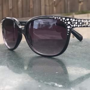 Grymt snygga Solglasögon med massa bling bling, och med DG märket på. Sparsamt använda. Inte äkta.