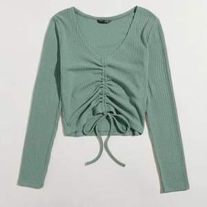 Fin grön croppad tröja till sommaren🌼🌼 storlek 38, säljer pga att den är för liten för mig. Aldrig använd, nyköpt från Shein. Lägger ut igen pga oseriösa köpare