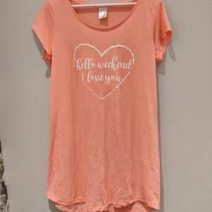 Superfin pyjamas i aprikos/rosa färg med texten