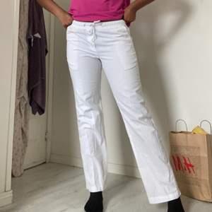 Sköna, raka och vita linnebyxor med stören man kan knyta och fickor. Har även fina detaljer. Är ca 181 cm lång❤️. Det är EJ GRATIS FRAKT, kommer att förekomma!!