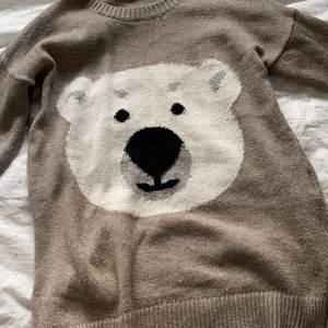 Stickad tröja med en isbjörn på. Köp på second hand men den är från hollister. Original pris runt 300kr tror jag men säljer den för 120kr + frakt