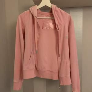 Så söt rosa kofta ser ut som en juciy couture men är från ett annat märke! Köparen står för frakt ❤️