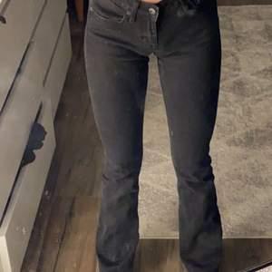 svarta lågmidjade bootcut jeans från crocker. Välanvända men är i bra skick, färgen har blivit en aning urtvättad men personligen tycker jag bara det är snyggt. köparen står för frakt
