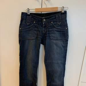 Säljer dessa vintage LEE jeans som är low waisted och i en straight modell, storlek W27 L31, jag är en S men har större lår därför är de lite för tajta. De passar alltså för XS/S Jeansen är i ett väldigt fint skick. Köparen står för frakt (66 kr spårbart). Skriv för fler frågor! 💖💕