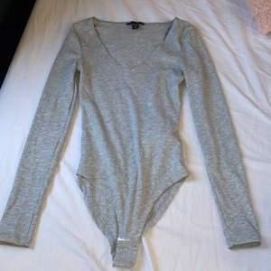 Jätte fin grå body som jag tyvärr köpte i för liten storlek, aldrig använt, storlek XS, köparen står för frakten