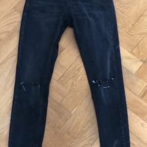 Svart jeans med hål i, högmidjade💕 knappast använda