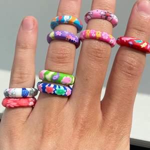 Super söta mjuka ringar perfekta nu till sommaren! 🤍 De finns i 9 olika färger (se första bilden) och i storlekarna: 15-17mm. Vissa av ringarna finns bara i 15mm men vissa finns i flera storlekar! Skicka privat vid frågor, intresse eller för fler bilder!💗 35kr/st