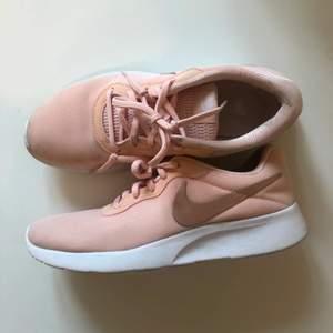 Fina ljusrosa/ peach Nike skor i storlek EUR 39 (UK 5,5). Väldigt lite använda, för stora för mig tyvärr.