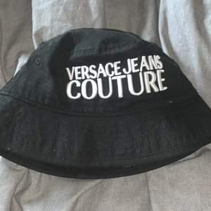 Säljer min Versace fiskehatt, väldigt bra skick 9.5/10 knappt använd. köptes förra sommaren men tyckte inte den passade mig och min stil så den låg mest i garderoben så om nån är intresserad är det bara att skriva (pris kan diskuteras) KÖPARE STÅR FÖR FRAKT eller om du har något att byta/byta+ att jag betalar pengar. Helst Prada eller burburry hatt isf (Ny pris ligger den runt 800kr så med tanke på bra skick är 600kr rimligt)