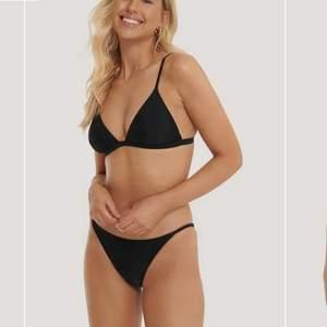 Säljer detta bikini set som aldrig är använt, överdelen är i storlek s och underdelen storlek m. Säljer båda för 150 annars 100kr styck💗 skriv gärna för fler bilder
