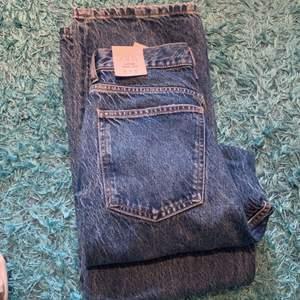 Säljer ett par fina Zara Jeans i nyskick, dom är tyvärr alldeles för stora för mig så kan inte visa hur dom sitter på :) i nyskick och aldrig använda☺️