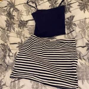 En mörk blå topp + en mörk blå randig kjol. Toppen är storlek XS och kommer ifrån H&M. Kjolen är i storlek S och kommer ifrån Lindex. Väldigt gulligt ihop.