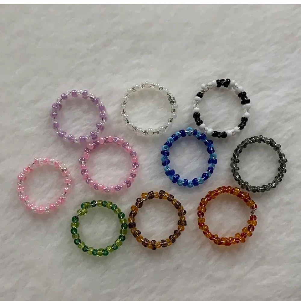 Egen gjorda ringar, det finns fler av varje färg.                             En blå, grön, svart vit, brun, röd, rosa vit, lila vit, rosa lila, perl vit. Det går även att beställa specific färg och storlek!  Storlekarna är olika men mellan s-m. Om man är intreserad så är det enkelt att få måten till alla ringar för att se om ringarna kommer passa. Dem kostar 10kr st!😇 dem som är överkrysade är sålda! Alla ringar på bilden går själv att bestäms storlek på . Accessoarer.