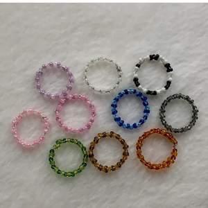 Egen gjorda ringar, det finns fler av varje färg.                             En blå, grön, svart vit, brun, röd, rosa vit, lila vit, rosa lila, perl vit. Det går även att beställa specific färg och storlek!  Storlekarna är olika men mellan s-m. Om man är intreserad så är det enkelt att få måten till alla ringar för att se om ringarna kommer passa. Dem kostar 10kr st!😇 dem som är överkrysade är sålda! Alla ringar på bilden går själv att bestäms storlek på
