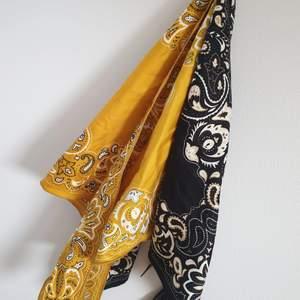 Två sjalar för 50kr/st. Sjalarna kan knytas på en väska, i håret, runt halsen eller i jeansen för att lyfta vilken outfit som helst. Perfekta accessoaren till sommaren🌼🌻 Kontakta vid intresse.😊