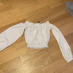 Vit sommar tröja storlek XS. Perfekt för sommaren.