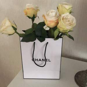 Chanel påse med rosor 200kr