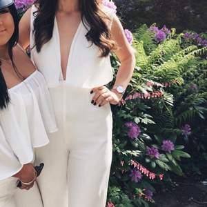 Jätte snygg vit jumpsuit som sitter som en smäck, storlek 36. Köpt från Nelly, använd endast en gång. Kemtvättad. Passar perfekt till studenten om man inte vill ha klänning. Ej genomskinlig!