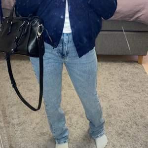 Super snygga trendiga jeans som inte har kommit till så mycket användning. 💕✨ dom lägger sig super snyggt över skon och passar till alla kläder 💕