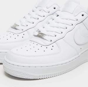 Jag säljer mina Nike air forces 1, de är helt oanvända. På den ena skon har det dock blivit lite fel hålen sitter snett om du som vill köpa är intresserad kan jag visa.