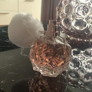 Endast använd 3 gånger (sparsamt), men säljer då lukten inte passar mig. Köpte på Lyko för 650💕 pris går att diskutera via snabb affär👍🏼
