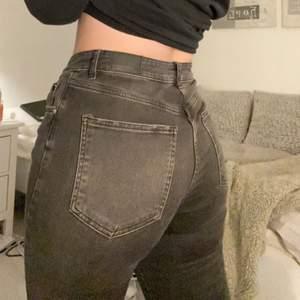 Svarta jeans i toppskick från Gina! Strl 42 men dessa sitter såhär på mig och jag har vanligtvis strl 40 i jeans. De är lite kortare i benen & jag är 172 cm som referens 💗