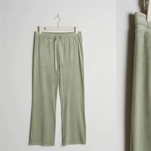 Jag säljer dessa ljusgröna/gröna Petite byxorna som är raka i benen samt en kortare benlängd. Byxorna är gjorda av velour och passar perfekt för dig som är 160 cm eller kortare. Sista bilden ser man hur de sitter i längden på mig. Jag är 165 cm lång.