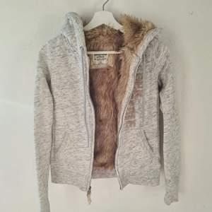 Abercrombie & Fitch hoodie med fakepäls på insidan. Jättemysig och i bra skick.