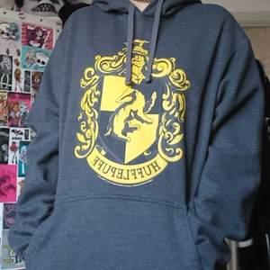 Jättemysig Harry Potter Hufflepuff hoodie! Hade på mig den på Comic con när jag träffade Tom Felton (han har rört den😱😱😱). Den är ganska använd men inget som syns. Finns ingen lapp i den men den är ungefär storlek M/L (som ni ser är den oversized på mig som är runt storlek XS/S). BETALNINGSMETOD: SWISH (PÄLSDJUR I HEMMET)