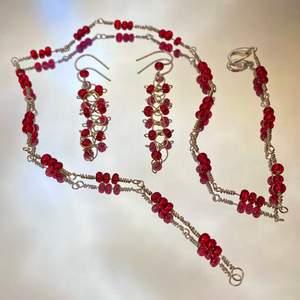 Tre set med halsband och örhängen, av metall och fina glaspärlor i olika färger❤️ krokarna är av silvertråd, och spännena är försilvrade❤️ frakten ingår i priset❤️                 1 Set: 150kr 2 Set: 250kr 3 Set: 300kr                                                                 ————————————————————————— Jag kan göra specialbeställda smycken, det är bara att höra av dig❤️🌟 ————————————————————————— Kika gärna in på min profil, säljer en massa olika handgjorda smycken💃🏼 perfekt till dig själv eller i present till någon❣️✨