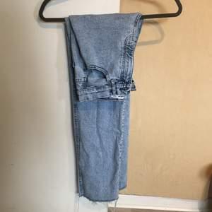 Säljer dessa sååå fina jeans ifrån pull and bear i en jättefin färg! Dom är inte använda mycket då dom sitter för tajt i midjan😩 jeansen är i en kortare modell och har fransar längst ner!😍