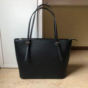 En snygg svart väska från H&M 💗 Den kommer tyvärr inte till användning längre och är bara använd ett fåtal gånger. Väskan rymmer många saker och passar även till allt! Nypris: 300kr. Priset kan självklart diskuteras!