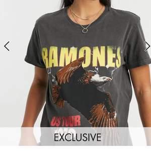 """Säljer en cool grå """"Ramones""""-T-shirt i storlek 34. Aldrig använd. Köparen står för frakt"""