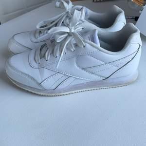 Äkta Reebok skor i bra skick. Säljer pga att jag ej använder de nå mer😊 står storlek 35 men passar mig bra som har 36