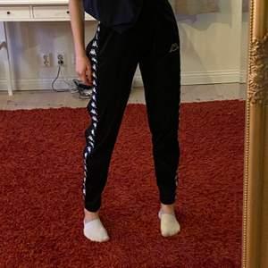 Supersnygga och sköna sweatpants från kappa i jättebra kvalité. Kan användas som både mjukisbyxor och streetwear.
