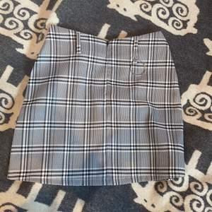 Ordinarie pris 500 kr fin kjol från bradely Michelle aldrig använt hittade den när jag rensade ut ur min garderob. Fin och passar de från xxs-s skulle jag säga köpare står för frakt som är 45 kr