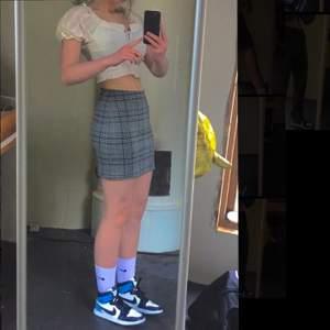 Säljer en rutig kjol köpt från HM, perfekt till sommaren! Super fint skick:) Köparen står för frakten💕💕 Säljer även blusen i en annan annons för även den 60kr :)