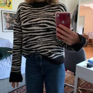 Tröja i zebramönster från NAKD! Bland de skönaste tröjorna jag haft! Sticks ingenting och väldigt mjuk🏽 Kan mötas upp i Stockholm. Annars står köpare för frakt:)