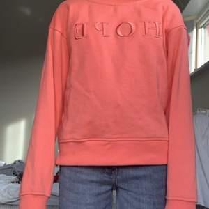 """Säljer denna orange aktiga tröjan med ett broderat tryck på där det står """"hope"""" säljer då den inte kommer till användning, den är från barnavdelningen men passar mig som har xs,s, den kostar 70kr +50kr frakt"""