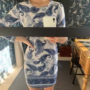 En super fin klänning! Har älskat denna, men nu har jag tyvärr växt ur den. Är i ett superfint skick.