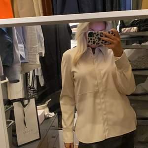 Säljer denna trendiga skin skjortan som är perfekt som jacka också.