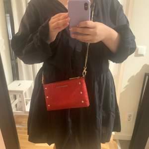 Röd glittrig väska från versace jeans, säljes pga använder den för sällan. Pris kan diskuteras :)