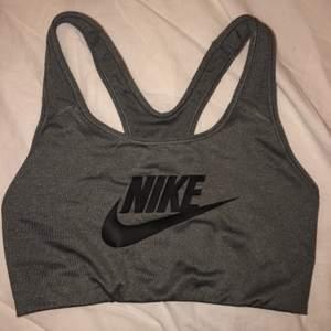 Hej! Säljer min Nike sport-bh i grått, den har enbart testats och sitter super bra på. 🥰