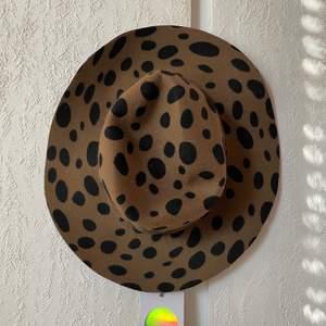 En ny hatt från Monki i storlek 57. Alla lappar kvar.