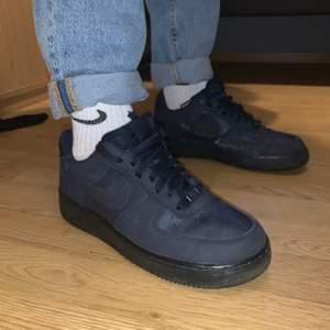 Säljer dessa sjukt snygga Nike Air Force 1 åt min brorsa, strl 41 (passar mig som har 40). De är i väldigt bra skick och knappt creasade överhuvudtaget. Färgen är något mörkare i verkligheten. Säljes för 350 inkl. frakt eller till högstbjudande!💘✨💕💫